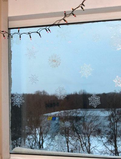 kak-ukrasit-okna-na-novyj-god-svoimi-rukami-18