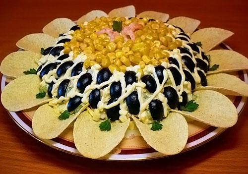 Салат Подсолнух с чипсами и кукурузой