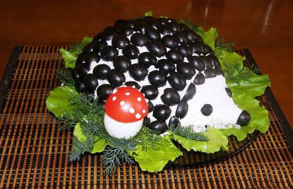 novogodnij-salat-ezhik-s-kuricej-i-gribami-1