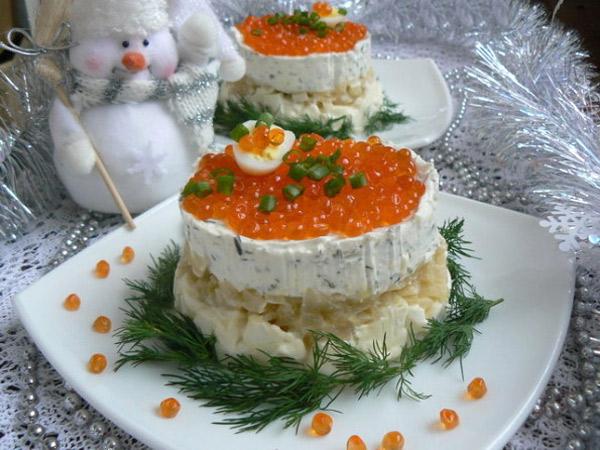 novogodnij-salat-s-ikroj-tvorozhnym-syrom-i-lukom-v-shampanskom