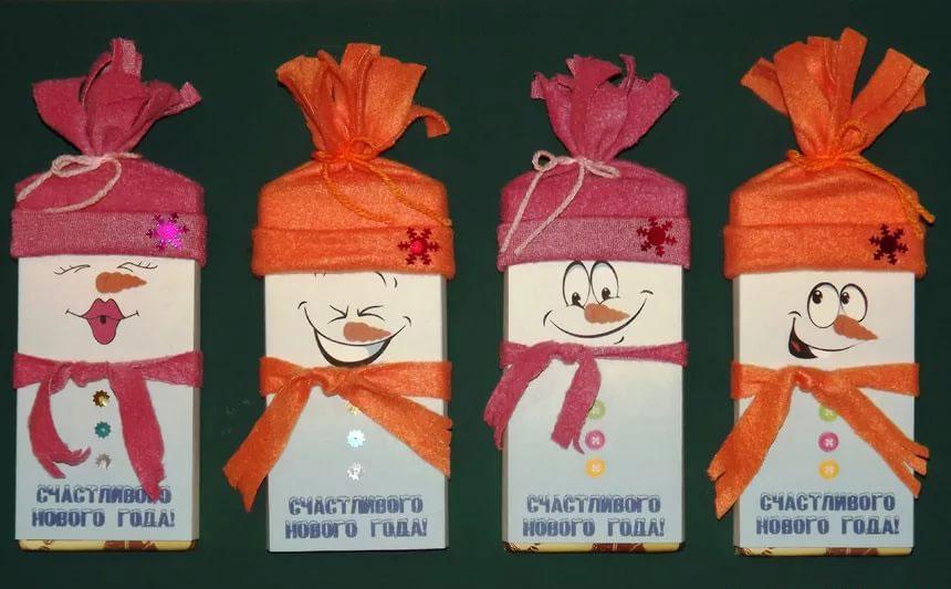 kak-upakovat-shokoladku-na-novyj-god-v-vide-snegovichka-5