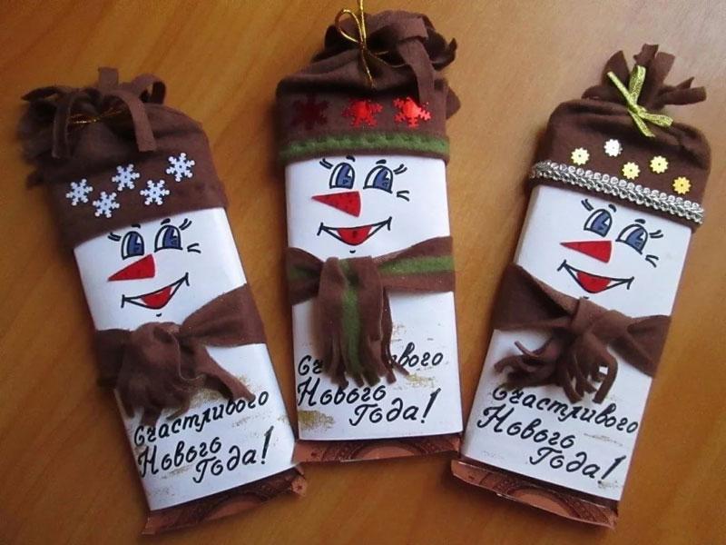 kak-upakovat-shokoladku-na-novyj-god-v-vide-snegovichka-6