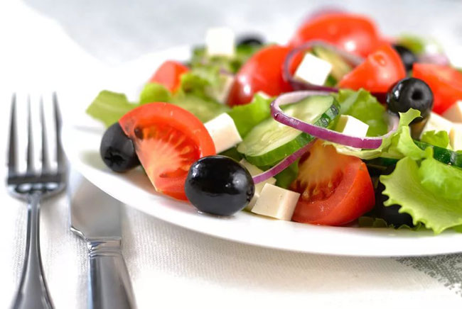 novogodnij-salat-grecheskij-1