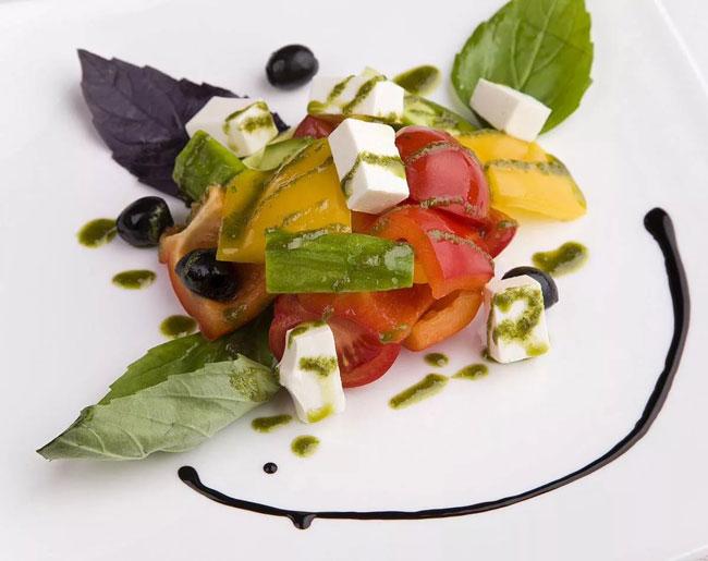 novogodnij-salat-grecheskij-12