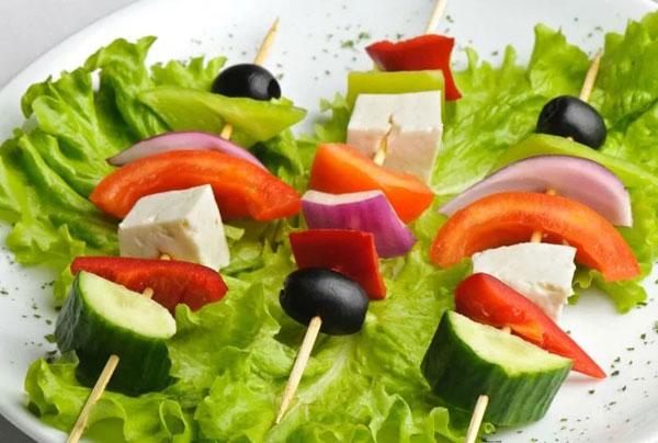 novogodnij-salat-grecheskij-14