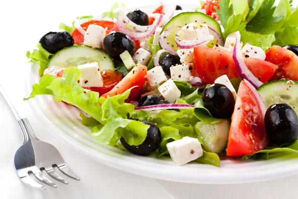 novogodnij-salat-grecheskij-2