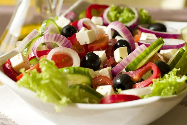 novogodnij-salat-grecheskij-4