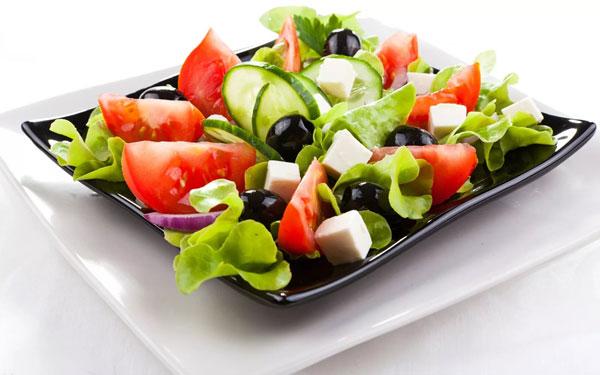 novogodnij-salat-grecheskij-5