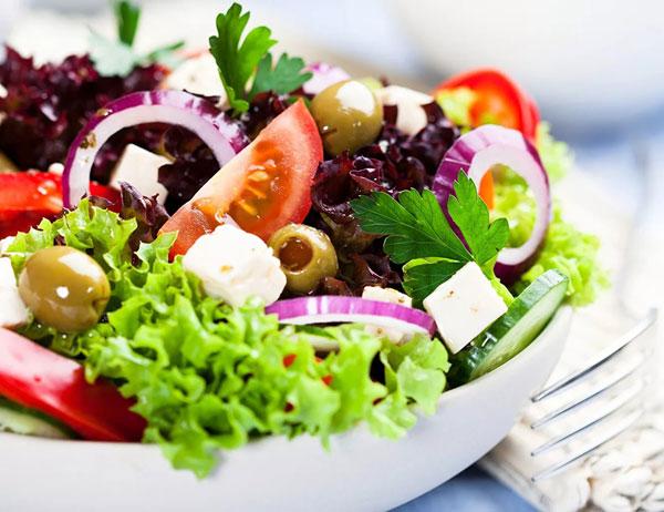 novogodnij-salat-grecheskij-6