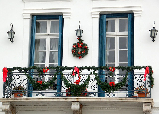 kak-ukrasit-balkon-k-novomu-godu-snaruzhi-10
