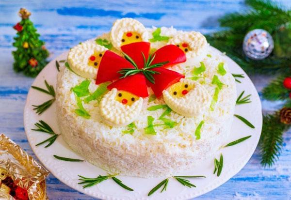 salat-ded-moroz-i-kompaniya-s-kuricej-chernoslivom-i-gribami